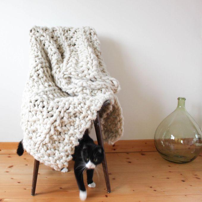 Diy tricoter un plaid xxl - Tricoter avec les bras grosse laine ...